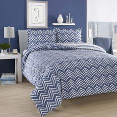 The blue and white zig-zag pattern on this comfortable duvet set is ideal for any bedroom. Crafted of quality cotton, this duvet set is conveniently machine washable.