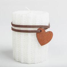 Vous ne pouvez que craquez à la vue de cette magnifique bougie :  son effet laine est tout simplement bluffant et son ruban ainsi que son pendentif en forme de coeur, en cuir, la rend plus qu'irrésistible.    Idéale pour les fêtes de fin d'année, elle réchauffera votre lieu de réception de Noël, à la montagne, ... même au quotidien vous pourrez l'adopter en décoration d'intérieure !    Une bougie originale que vous pouvez également offrir en cadeau cet hiver.