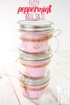 Super easy fizzy peppermint bath salts from Our Best Bites. Inexpensive, quick, and smell like candy canes. homemade gift Fizzy Peppermint Bath Salts-Our Best Bites Diy Lush, Diy Spa, Diy Cosmetic, Bath Salts Recipe, Homemade Bath Salts, Diy Fizzy Bath Salts, Bath Fizzies, Diy Holiday Bath Salts, Diy Bath Salts Easy
