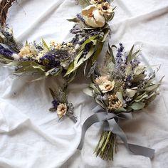 ドライフラワーアレンジメントピオニーの作品ギャラリーです。 Flower Centerpieces, Flower Arrangements, Wedding Bouquets, Wedding Flowers, How To Preserve Flowers, Woodland Wedding, Corsage, Little Things, Dried Flowers