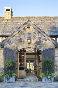 Do you want to transform your home exterior into modern farmhouse exterior? Modern farmhouse exterior is the perfect blend of modern and traditional elements. Stone Barns, Stone Houses, Modern Farmhouse Exterior, Barn House Plans, Exterior Design, Stone Exterior, Architecture Design, Architecture Office, House Styles