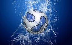 Pelota de futbol en el agua HD Wallpaper
