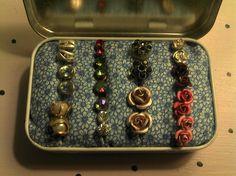 Diy Jewelry Box Ideas Altoids Tins New Ideas Diy Earring Holder, Earring Storage, Jewellery Storage, Jewelry Organization, Diy Jewelry, Fabric Jewelry, Jewelry Box, Handmade Jewelry, Earring Box