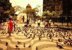 Perceba o Palácio Monroe lá no fundo Cinelândia Rio de Janeiro  Cinelândia - 1971 Palácio Monroe ao fundo.  Acervo e obra de GYORGI SZENDRODI, espetacular fotógrafo húngaro naturalizado brasileiro.