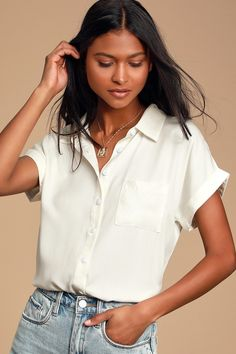 Keep it cute and classic in the Lulus Blythe White Short Sleeve Button-Up Top! Soft and lightweight collared button-up top with short sleeves. White Short Sleeve Tops, Short Sleeve Button Up, Button Up Shirts, Short Sleeves, Collared Shirt Outfits, Cute White Tops, Chambray Top, Cute Blouses, Cotton Blouses
