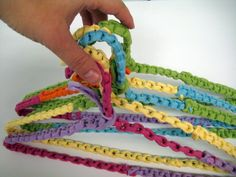 tshirt yarn hangers Tutorial aqui: http://blog.tawnybee.com/2011/12/macrame-monday-fabric-wrapped-hangars.html  / ❥Teresa Restegui http://www.pinterest.com/teretegui/❥