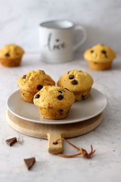 Super einfaches und schnelles Muffins Rezept mit weißer und dunkler Schokolade.