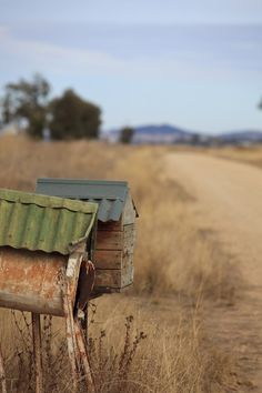 Mailbox with a tin roof. Maybe I can still salvage my leaking mailbox! Country Charm, Country Life, Country Living, Country Style, Country Roads, Farmhouse Style, Country Mailbox, Old Mailbox, Vintage Mailbox