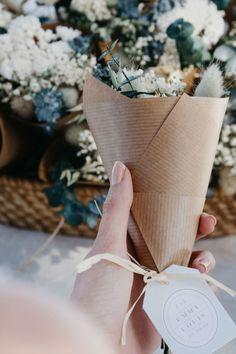 Sabemos lo complicado que es encontrar el detalle perfecto para vuestros invitados. Por esta razón hemos creado junto con @rosacadaques estos preciosos ramos de flor seca intemporales. El mejor recuerdo de un momento inolvidable. #cottonbirdes #nuevacoleccion #boda #instaboda #futurasnovias #blogboda #instawedding #invitacionesdeboda #inspiracionbodas #novias2020 #weddinginspiration #noscasamos #wedding #boda2020 #novia2021 #boda2021 #flor #florseca #detalledeboda #regalodeboda #detallitos Burlap, Reusable Tote Bags, Dried Flower Bouquet, Wedding Giveaways, Flower Bouquets, Wedding Invitations, Hessian Fabric, Jute, Canvas