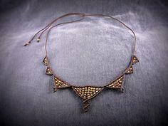 Ce collier marron en macramé est simple mais raffiné. Il peut être porté lors de multiples occasions. Il est orné de perles de laiton ( alliage