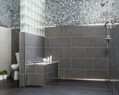 salle de bains et wc avec carrelage gris, mosaïque et douche italienne