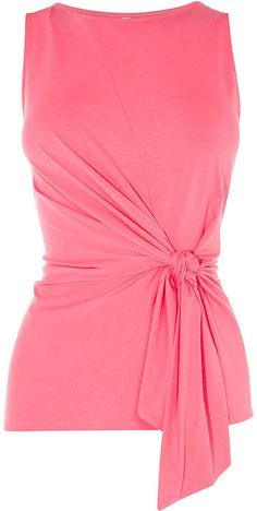 Wrap Front A sophisticated piece to take from the desk to dinner, … - Do it Yourself Clothes Clothing Patterns, Dress Patterns, Stylish Outfits, Fashion Outfits, Formal Tops, Sewing Blouses, Just Style, Draped Dress, Blouse Styles