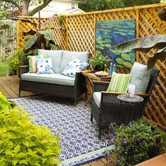 I normally don't like lattice work, but it looks good used this way. Artwork outside is a cool idea.