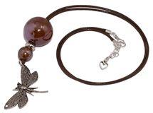 Wisior z eleganckiej szkliwionej ceramiki, z ozdobną zawieszką ważką, na wysokiej jakości woskowanym sznurku jubilerskim.