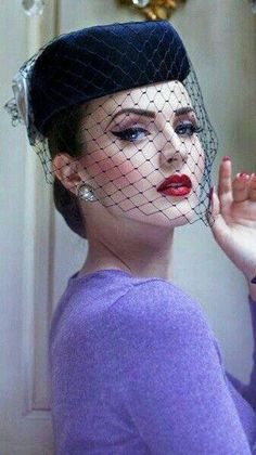 If you want to draw attention to your hair and your hair accessories in the winter of we offer you a suggestion: wear a black mesh veil. Look Vintage, Vintage Glamour, Vintage Beauty, Fascinator Hats, Fascinators, Headpieces, Robes Vintage, Vintage Outfits, Steampunk Hut