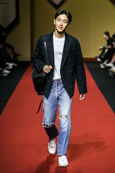 Dress to express, not to impress — koreanmodel: Nam Yoon Soo - Nohant Spring Korean Fashion School, Korean Fashion Street Casual, Korean Fashion Summer, Seoul Fashion, Rolled Up Jeans, Black Ripped Jeans, Slim Fit Trousers, Sporty Look, Models