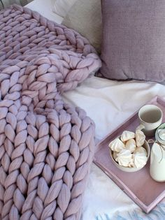 Watch The Video Alluring Beginner Crochet Blanket Ideas. Large Knit Blanket, Chunky Knit Throw, Chunky Blanket, Chunky Crochet, Chunky Yarn, Giant Knitting, Arm Knitting, Knitted Blankets, Merino Wool Blanket