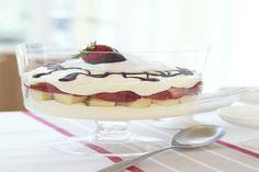 Gâteau étagé au fromage et aux fraises ------------De délicieux étages de quatre-quarts, de pouding et de garniture au fromage à la crème.