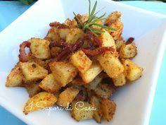 Patate sabbiose allo speck 1 kg patate a cubetti,sciacquate, sbollentate in acqua bollente salata.fate asciugare.mescolate 3/4 cucchiai pane e 3/4 cucchiai parmigiano grattugiati, parmigiano,2 spicchi aglio e 4 rametti rosmarino tritati, sale e pepe, 100 g speck a cubetti o striscioline, mescolate, patate, mescolate. levate il condimento in eccesso.in una pirofila oleata o su carta forno, irrorate con 2 cucchiai di olio evo. 20-25 minuti a 180-200°.