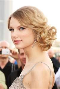 Prom updo on Taylor Swift, something between a side-bun and a ponytail with lots. Prom updo on Tay Prom Hair Updo, Curly Hair Updo, Homecoming Hairstyles, Wavy Hair, Blonde Hair, Graduation Hairstyles, Hair Buns, Hair Styles 2014, Medium Hair Styles