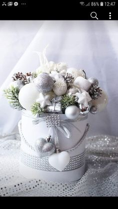 Christmas Advent Wreath, Christmas Candle Decorations, Christmas Tablescapes, Christmas Crafts, Xmas Flowers, Christmas Floral Arrangements, Christmas Inspiration, Christmas Projects, Christmas Decor