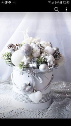 Christmas Advent Wreath, Christmas Candle Decorations, Christmas Tablescapes, Christmas Candles, Christmas Time, Christmas Crafts, Christmas Floral Arrangements, Colorful Christmas Tree, Christmas Flowers