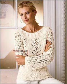 Пуловер красивым ажурным узором по средине связанный спицами. Схема пуловера с вырезом лодочка и ажурными рукавами.