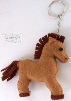 Eu Amo Artesanato: Chaveiro Cavalo em Feltro com molde Felt Animal Patterns, Stuffed Animal Patterns, Felt Christmas Decorations, Christmas Crafts, Christmas Teddy Bear, Horse Pattern, Felt Material, Sock Animals, Sewing Patterns For Kids
