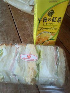 今日の朝食はサンドイッチと午後の紅茶レモンティーいただいています。