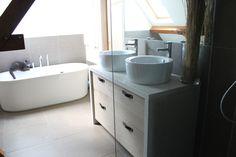 Badkamer meubel met wit betonnen blad en eiken houten laden
