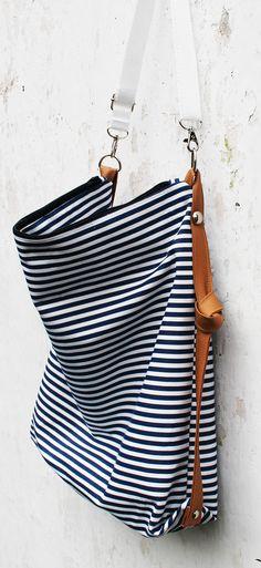 Maxi+bag+Námořník+Velká,+opravdu+velká+kabelka+na+vše!!!+:)+Kableka+je+ušitá+z+bavlněné+látky,+pevně+vyztužena+a+zapíná+se+na+zip.+Rozměry+kabelky:+Šířka:+40cm+Výška:+38+cm+Hloubka:+15+cm+Kabelka+má+nastavitelný+popruh+max.+dlouhý+110+cm.