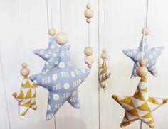Mobile bébé ETOILES Bleues et jaunes et perles bois brut déco scandinave : Jeux, peluches, doudous par zig-et-zag