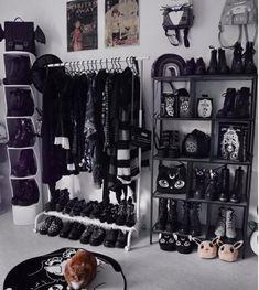 ⠀⠀⠀⠀⠀⠀⠀⠀⠀ATTITUDE CLOTHING Co. sur Instagram: The DREAM 🖤🖤🖤 . 📷@rightmew . . . #Attitudeclothing #gothichome #gothicdecor #nightmarebeforechristmas #gothicaesthetics #gothhome… Goth Bedroom, Grunge Bedroom, Room Ideas Bedroom, Home Decor Bedroom, Gothic Bedroom Decor, Victorian Bedroom, Dark Home Decor, Goth Home Decor, Gypsy Decor