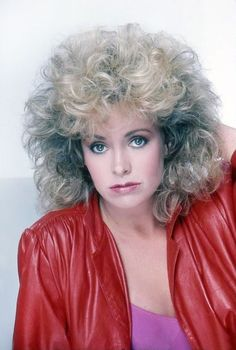 Pretty blonde actress Catherine Hicks looking very in a red leather jacket and big hair. Love this big fluffy hairstyle a lot. It was very popular among foxy females in the early to with the late giving way to a trend in longer hairstyles :-) Style Année 80, Big Blonde Hair, Blonde Actresses, Teased Hair, Blonde Haircuts, Fluffy Hair, Medium Curly, Hair Color Dark, Retro Hairstyles