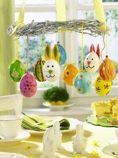 Setzen Sie die bemalten Ostereier Ihrer Kinder optisch in Szene - zum Beispiel an einem aufgehängten Kranz. Anleitung? HIER KLICKEN!