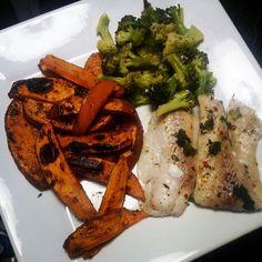 Batata doce , brocolos e peixe, tudo assado no forno.  Fiz no papelote lol @limitedition2012  Fitness Food