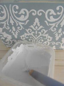 Hola!!Cómo buena enamorada del stencil en relieve,para los muebles me gusta usar estuco pero hay otras cosas de menos valor cómo cajas de fresas,de gambas..qué no compensa por el precio.Tenemos el aguaplast,pero me encontré esta alternativa y me ha encantado el resultado Los ingredientes son fáciles de conseguir,polvos de talco,cola,agua y una pintura acrílica ...