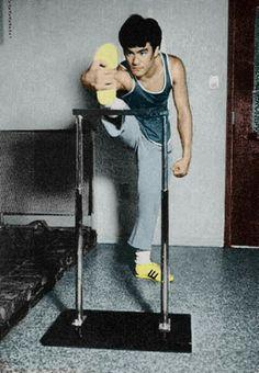 Bruce Lee Master, Bruce Lee Art, Bruce Lee Martial Arts, Bruce Lee Photos, Bruce Lee Workout, Bruce Lee Training, Bruce Lee Chuck Norris, Eminem, Indian Yoga