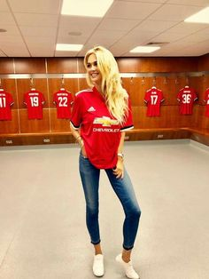 Manchester United in Premier League Hot Football Fans, Football Girls, Football Outfits, Soccer Fans, Football Players, Manchester United Wallpaper, Manchester United Football, Psg, Manchester United Transfer News