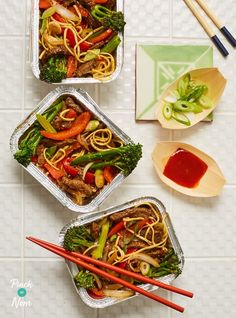Tender pieces of beef and broccoli stir fried with crisp vegetables and noodles for a slimming friendly dinner, ideal for Weight Watchers! Broccoli Stir Fry, Broccoli Beef, Beef Recipes, Healthy Recipes, Healthy Food, Healthy Eating, Frozen Beef, Pinch Of Nom, Beef Strips
