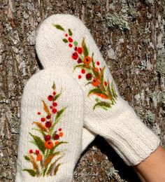 White Mittens with berries, Knitted Wool Mittens, Christmas gift, Women winter… Mittens Pattern, Knit Mittens, Mitten Gloves, Knitting Stitches, Hand Knitting, Knitting Patterns, Embroidery On Clothes, Embroidery Patterns, Wool Yarn