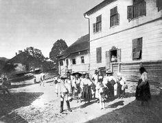 Oroszhegyi községháza előtt- Malonyai Dezső: A magyar nép művészete II
