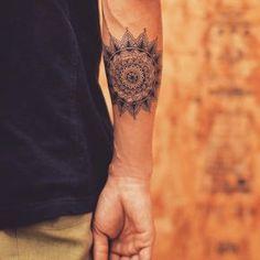 Veja nossa incrível seleção com 70 fotos de tatuagens de mandala lindas e criativas para você se inspirar.