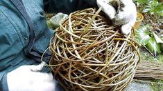 Willow Ball – Weaving - Everything About Charcoal Drawing and Sculpture Twig Crafts, Nature Crafts, Garden Crafts, Garden Projects, Sculpture Projects, Weaving Projects, Weaving Art, Navajo Weaving, Willow Weaving