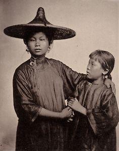 Photographer John Thomson ~ Stunning Photographs of Century China. Asian History, Women In History, Art History, Photos Du, Old Photos, Vintage Photographs, Vintage Photos, Chinese Boat, Canton China