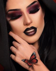 No need to wait for Halloween to get into a vampy mood. Check out this makeup looks that will get you ready for Halloween. Vamp Makeup, Doll Eye Makeup, Gothic Makeup, Sexy Makeup, Makeup Eyes, Fall Makeup Looks, Halloween Makeup Looks, Halloween Halloween, Youtube Halloween