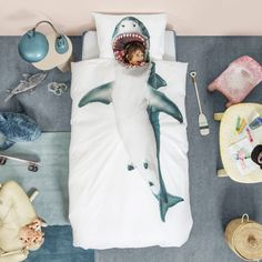 Imagine being best friends with a shark, they could protect you from bad dreams and scare those annoying brothers and sisters away. With the Shark! Duvet Set from Snurk you can climb fearlessly inside the shark's big mouth and stay warm and safe Childrens Duvet Covers, Childrens Beds, Single Duvet Cover, Duvet Cover Sets, Dix Blue, Shark Bedroom, Shark Pillow, Big Shark, Shark Shark