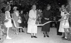 Prinses Wilhelmina knipt een lint door ter opening van een tuinfeest aan de Apeldoornse Badhuisweg 9 augustus 1949 Plus majoor M E Crok