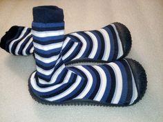 Nové našuchovačky, štýlom ako Attipas alebo Collegien. Vhodné ako prezúvky, alebo aj na von, podrážka gumená, bez dierok. Majú (jemne) prilepenú vložku, ktorá izoluje od zeme. Dá sa ale ľahko odlepiť.  VD metrom 18 cm, VŠ 8 cm. Výška ponožky od zeme 14 cm.  Porážka na päte vytvára akoby vaničku, čiže päta dieťaťa neuteká do strany. Vpredu je tá guma vytiahnutá vyššie, proti okopaniu. Barefoot, Slippers, Shoes, Fashion, Moda, Zapatos, Shoes Outlet, Fashion Styles, Slipper
