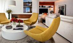 A cor do momento é o ocre. Gosto dela por causa de sua proximidade cromática com o ouro e tenho adorado usar objetos e móveis desse tom em meus projetos residenciais.